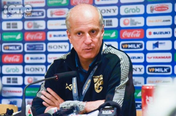 HLV U23 Thái Lan - ông Gama. Ảnh: Đình Tùng.
