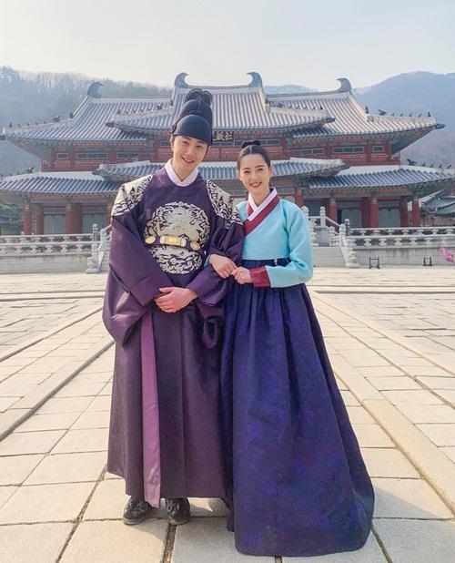Go Ara khoác tay Jung Il Woo tình cảm, tạo thành cặp trai tài gái sắc trong phim cổ trang Haechi.