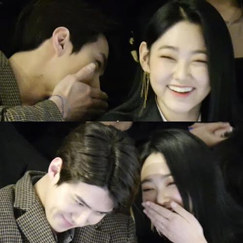 Khoảnh khắc 2 idol thì thầm, cười nói với nhau nhanh chóng lọt vào ống kính của fan. Netizen thích thú trước tương tác cực đáng yêu, ngọt ngào của Se Hun - Mina. Các idol khác giới thường ít tiếp xúc vì sợ tin đồn nhưng hình ảnh tự nhiên của cặp đôi này khiến netizen cũng thấy ấm lòng.