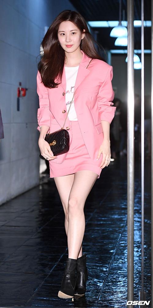 Em út Seo Hyun thu hút sự chú ý với bộ đồ thanh lịch, khoe vẻ ngọt ngào và vóc dáng đẹp miễn chê.