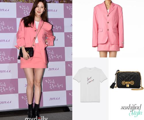 Seo Hyun diện áo khoác và chân váy đồng bộ của thương hiệu Instantfunk  có giá lần lượt là 6 triệu đồng và 3 triệu đồng. Chiếc áo phông trắng  mặc trong của Saint Laurent có giá 10 triệu đồng. Đắt giá nhất trong set  đồ là chiếc túi xách Versace giá hơn 46 triệu đồng.