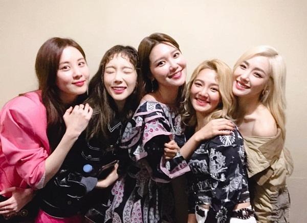 Seo Hyun, Tae Yeon, Hyo Yeon và Tiffany nhiệt tình đến cổ vũ phim điện ảnh mới của Soo Young, thể hiện tình cảm gắn bó giữa các thành viên SNSD dù đã không còn chung công ty.