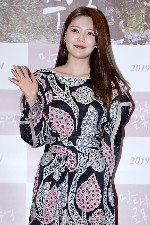 Tối 25/3, Soo Young mời 4 thành viên SNSD gồm Tae Yeon, Tiffany, Hyo Yeon và Seo Hyun đến dự buổi công chiếu VIP bộ phim Memories of a dead end. Nhân vật chính Soo Young lộ diện với vẻ rạng rỡ nhưng mắc lỗi makeup mặt bóng dầu.