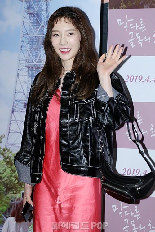 Tae Yeon xuất hiện với kiểu mái chó gặm không mấy phù hợp với khuôn mặt. Cô nàng còn bị chê vì chiếc váy nhăn nhúm kém sang.