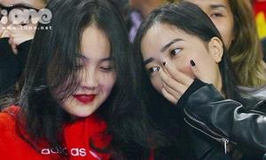 Bạn gái hot girl của Văn Hậu, Hà Đức Chinh cổ vũ U23 Việt Nam