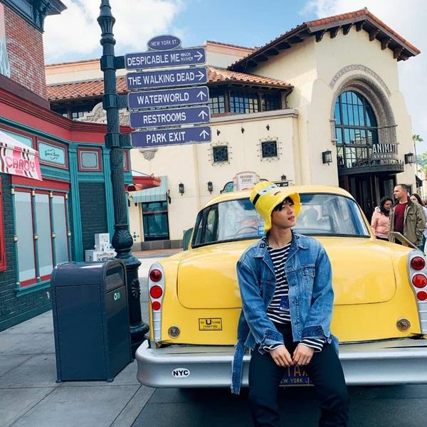 Cha Eun Woo khoe ảnh đi chơi Universal Studios ở Los Angeles cùng các thành viên Astro. Anh chàng đội mũ hình Minion dễ thương.