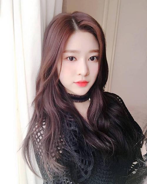 Kim Min Joo có ngoại hình phù hợp nhưng không có kinh nghiệp diễn xuất. Cô nàng cũng đang bận rộn với lịch trình hoạt động của IZONE, khó có thời gian đóng phim.