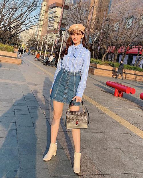 Kelly Nguyễn trông chẳng khác gì con gái Hàn trên đường phố Seoul với bộ cánh kết hợp sơ mi cùng phụ kiện màu pastel.