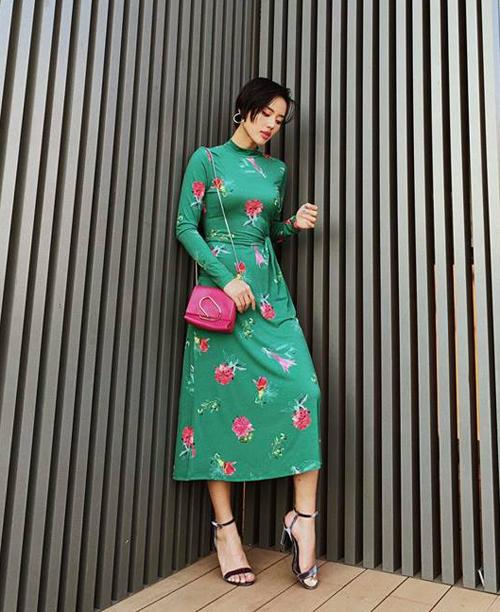 Khánh Linh vốn là tín đồ của tông trầm nhưng tuần này cũng thử nghiệm style hoa hòe đầy rực rỡ.