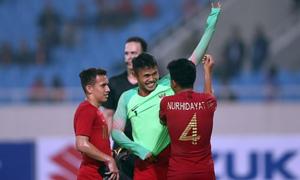 Cảnh bi hài của Indonesia: Hậu vệ phải làm thủ môn và đỡ được penalty