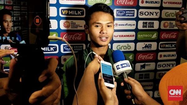 Dimas trả lời truyền thông Indonesia sau trận đấu. Ảnh: CNN