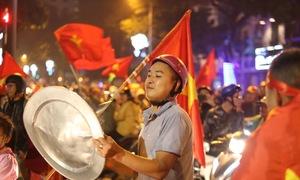 Khán đài Mỹ Đình bùng nổ, CĐV đi bão mừng U23 Việt Nam chiến thắng