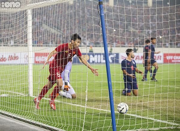 U23 Việt Nam lên ngôi đỉnh bảng K bằng chiến thắng 4-0 trước U23 Thái Lan. Thầy trò ông Park Hang-seo chính thức giành vé vào vòng chung kết giải U23 châu Á năm sau với ngôi đầu bảng K. 4 lần khiến thủ môn Nont Muangngam vào lưới nhặt bóng, đoàn quân áo đỏ khiến người hâm mộ vỡ òa nhưng cảm xúc đó trái ngược hoàn toàn với U23 Thái Lan. HLV Thái Lan phải thừa nhận hôm nay không phải ngày đẹp trời của bóng đá Thái Lan. Đội bóng xứ chùa Vàng đã bị đoàn quân của HLV Park Hang-seo đánh bại với một kết quả khó ai tin nổi.