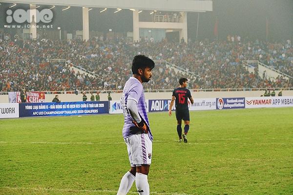 Thủ môn này chỉ biết đứng như trời trồng trước sự thăng hoa của các cầu thủ U23 Việt Nam.