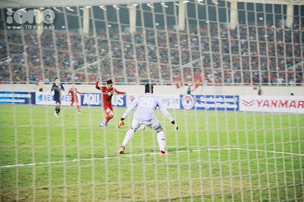 Khoảnh khắc chân sút Đức Chinh thoát mác chân gỗ khi đón bóng bằng ngực và xâu kim thủ môn Nont Muangngam. Bàn thắng mở tỷ số khiến thủ thành đội bạn hoàn toàn bất ngờ.