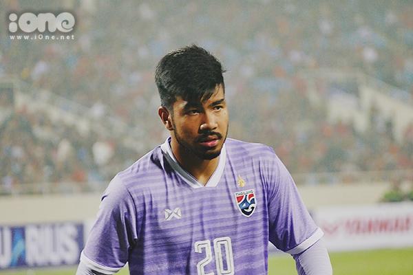Phút thứ 53, Quang Hải có một màn trình diễn đẳng cấp vượt qua 4 cầu thủ đội bạn, đi bóng vào vòng cấm địa, căng ngang cho Hoàng Đức sút xa. Thủ môn người Thái bàng hoàng, đi vào lưới nhặt bóng trong sự thẫn thờ.