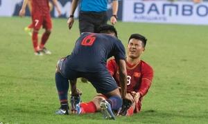 Đội trưởng U23 Thái Lan hỗ trợ Đức Chinh khi bị chuột rút