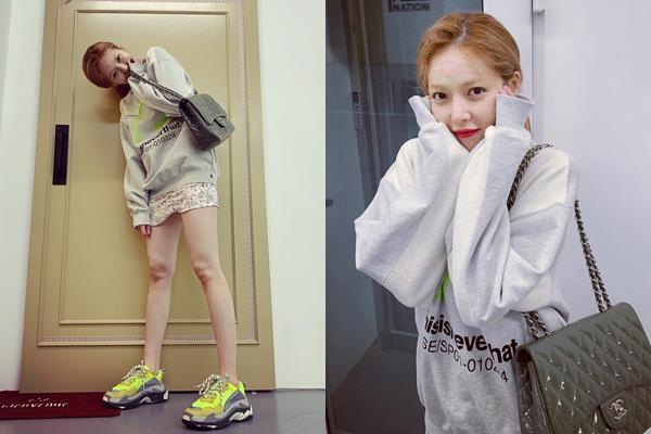 Hyun Ah khoe chân gầy guộc với đồ ngắn cũn, liên tục pose hình cute phô mai que.