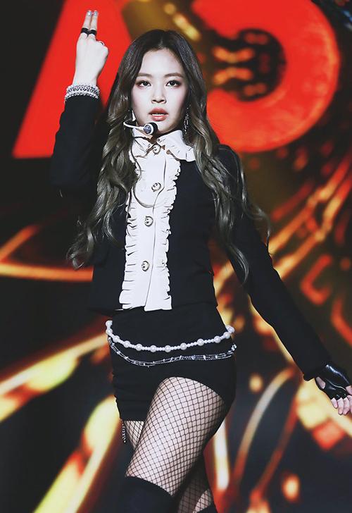 So với các thành viên còn lại trong Black Pink, Jennie có đôi chân không quá thon dài, chuẩn mực. Tuy nhiên tất lưới vẫn là món đồ yêu thích của cô nàng để tăng độ quyền lực.