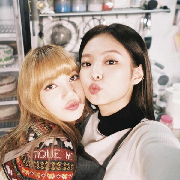 Jennie đăng ảnh kề má thân mật với Lisa, chúc mừng sinh nhật em út Black Pink.