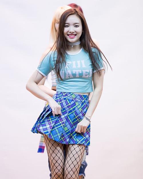 Na Yeon có đôi chân thon thả, vì thế không khó để chinh phục item khó mặc này.