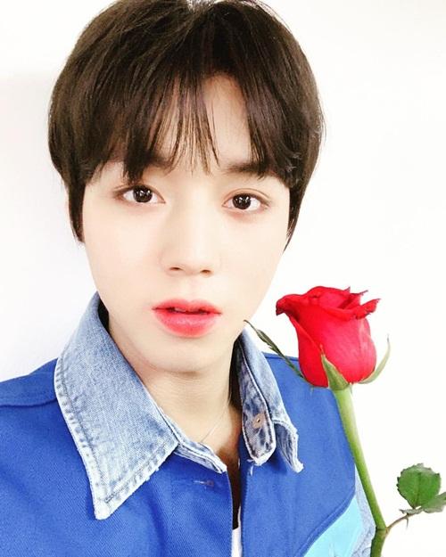 Park Ji Hoon tô son đỏ rực rỡ như đóa hồng.