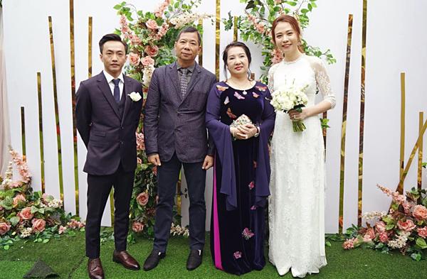 Đầu tháng 1/2019, Cường Đô La và Đàm Thu Trang tổ chức lễ ăn hỏi tại quê nhà cô dâu ở Lạng Sơn sau một năm chính thức hẹn hò. Buổi lễ diễn ra trong không khí ấm cúng, có sự tham gia của hơn 100 khách mời là người thân, bạn bè thân thiết của cô dâu - chú rể.Chuyện tình cảm của cặp đôi được gia đình hai bên ủng hộ. Trong lễ ăn hỏi, bà Như Loan - mẹ Cường Đô La - xúc động, trực trào nước mắt khi trao quà cưới cho con dâu.