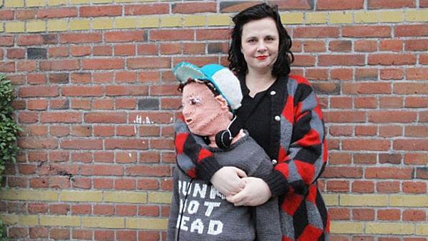 Cậu bé len có chiều cao và dáng người giống với con trai cô.