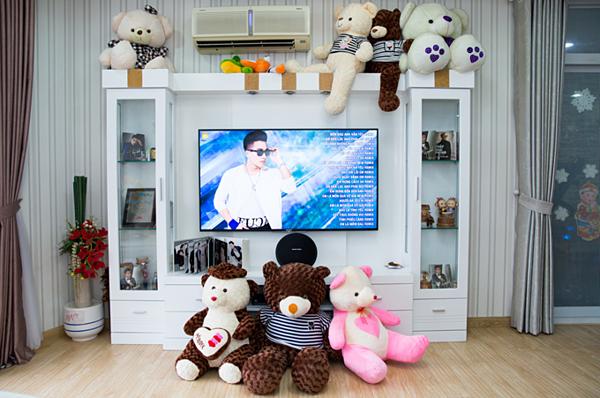 Phòng khách là nơi Châu Khải Phong trưng bày những món quà lưu niệm mà fan dành tặng, nhiều nhất là gấu bông. Anh cũng lắp đặt một dàn karaoke để giải trí khi buồn hoặc bạn bè đến chơi.