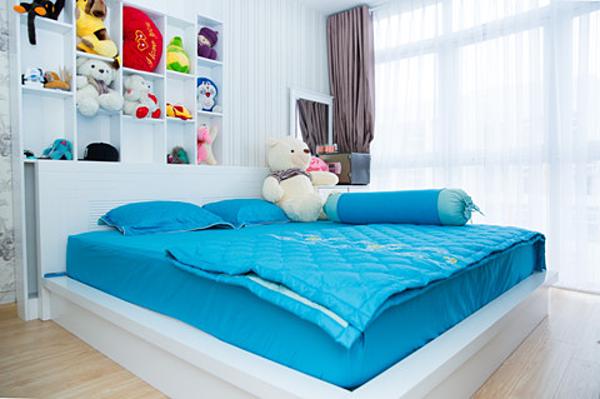 Phòng ngủ của Châu Khải Phong được bày biện ngăn nắp, không gian thoáng đãng. Thú bông do fan tặng được ăn cất giữ cẩn thận.