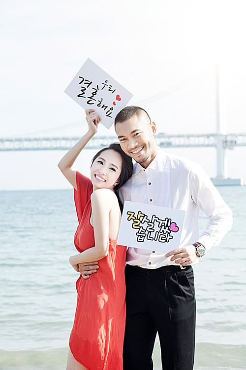 Sau gần hai năm yêu, cặp đôi quyết định tổ chức ăn hỏi vào tháng 9/2014. Trước khi lễ ăn hỏidiễn ra, cả hai sang Hàn Quốc chụp hình kỷ niệm.