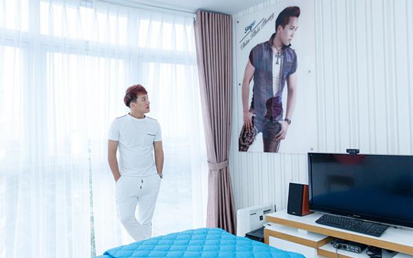 Bên trong phòng ngủ, nam ca sĩ treo hình cá nhân.