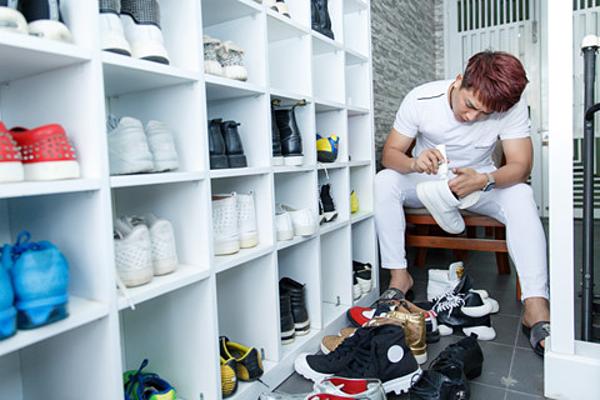 Tủ giày được bố trí ngay cửa ra vào để Châu Khải Phong lựa chọn mỗi khi đi diễn. Anh có khoảng 100 đôi giày để thay đổi. Lúc rảnh rỗi, nam ca sĩ thường dành thời gian, vệ sinh từng đôi giày.