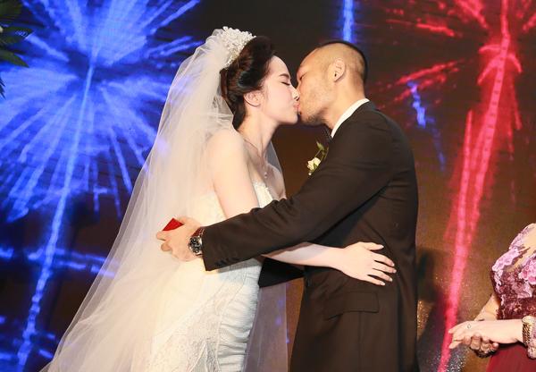 Doãn Tuấn khóa môi Quỳnh Nga trong lễ cưới hồi tháng 11/2014.