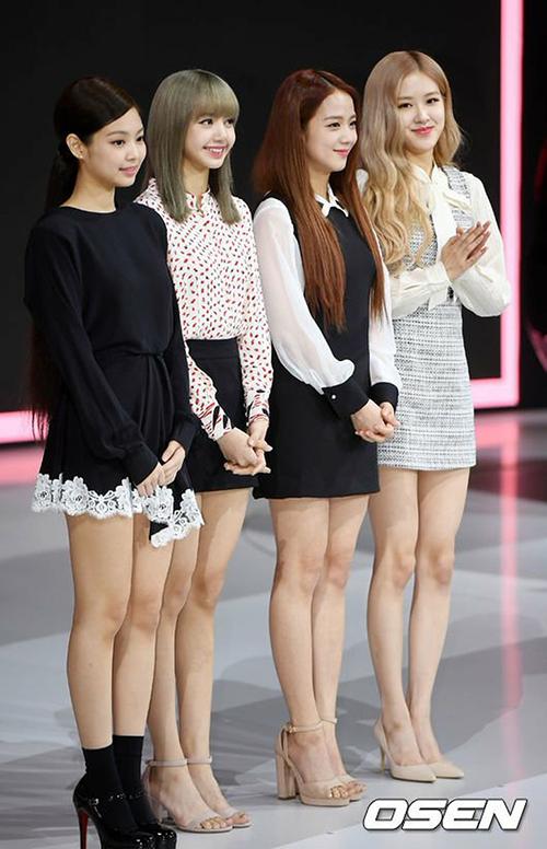 Ngày 28/2, Black Pink tham dự sự kiện và hình ảnh của nhóm khiến không ít fan tưởng mình nhìn nhầm. Chỉ có Lisa và Ji Soo là nhuộmtóc thật còn Jennie, Rosé vẫn giữ màu tóc cũ. Dường như các cô gái đội tóc giả khi lên ảnh teaser. Không ít fan hụt hẫng trước hình ảnh có phần nhàm chán của Black Pink.