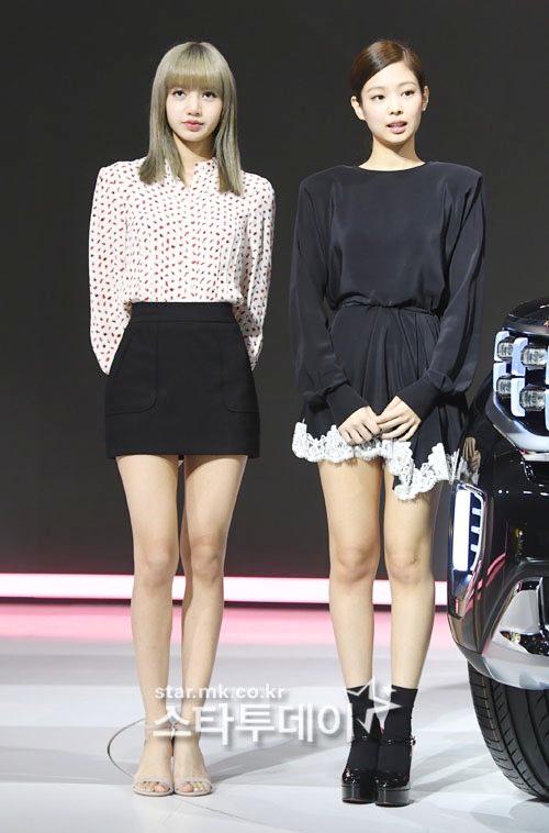 Jennie phải đi giày độn chiều cao để tránh lép vế khi đứng cạnh Lisa. Nhiều ý kiến cho rằng em út Black Pink hoàn toàn nổi trội hơn nếu xét về vóc dáng, khí chất.