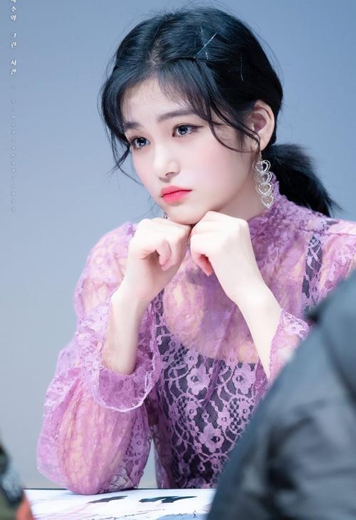 So với độ tuổi, Ji Soo trông phổng phao, trưởng thành hơn. Còn ở tuổi teen nhưng cô nàng đã rất ra dáng một quý cô sang chảnh với những kiểu đồ nữ tính.