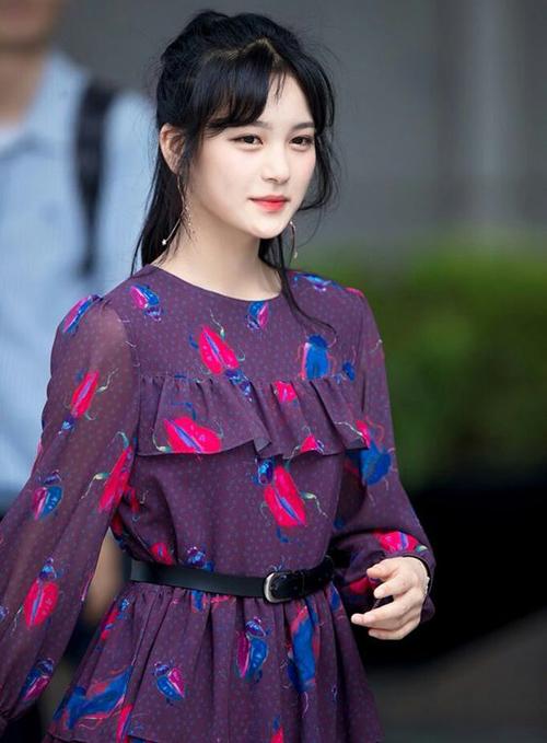 Vẻ ngoài mong manh đậm chất nàng thơ của Ji Soo rất phù hợp với các kiểu váy áo điệu đà, chất liệu mềm mại, hạn chế tối đa các kiểu vòng vèo phụ kiện...