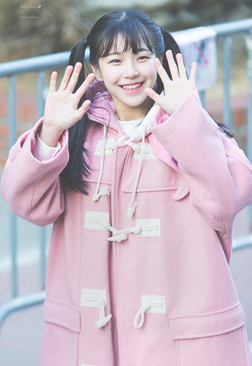 Cũng như những cô gái bình thường cùng trang lứa, Ji Heon có cách ăn mặc trẻ trung, phù hợp độ tuổi. Đặc trưng của cô nàng là đôi mắt cười đáng yêu, vì thế nữ idol sinh năm 2003 cũng yêu thích phong cách cute, nhí nhảnh.