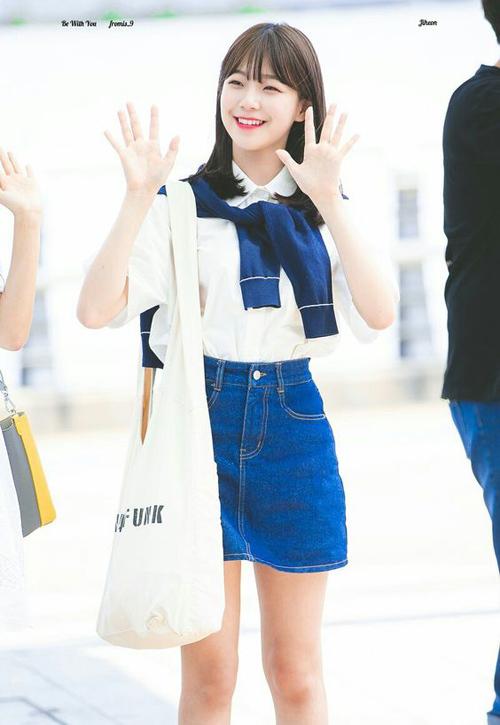 Khi ra sân bay, cô nàng chuộng váy ngắn, sơ mi và các kiểu túi xách năng động đúng như các học sinh, sinh viên ở Hàn.
