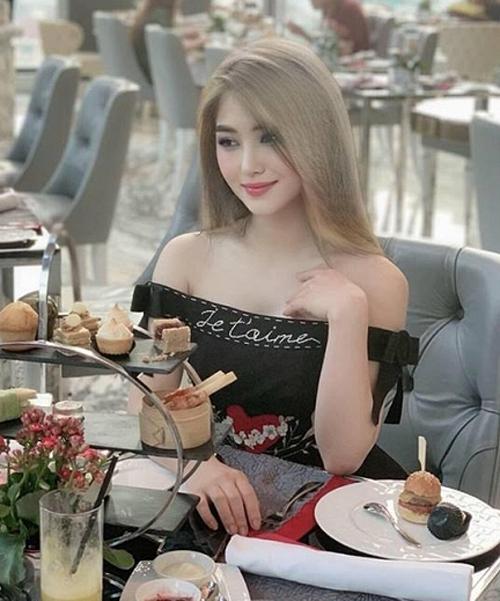 Sau 6 năm gần như chỉ trung thành với một kiểu tóc, Hương Tràm có sự thay đổi mạnh mẽ gần đây. Nữ ca sĩ gây bất ngờ khi đổi từ tóc nâu đen truyền thống sang tóc tẩy màu vàng khói đậm chất Tây, mang đến diện mạo trẻ trung và hiện đại.
