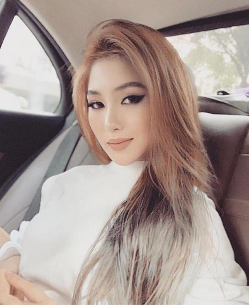 Cùng với việc thử tóc ombre nâu vàng xám như các cô gái Âu Mỹ, Hương Tràm cũng chuyển từ lối trang điểm dịu dàng Á Đông sang sắc sảo, quyến rũ kiểu phương Tây.