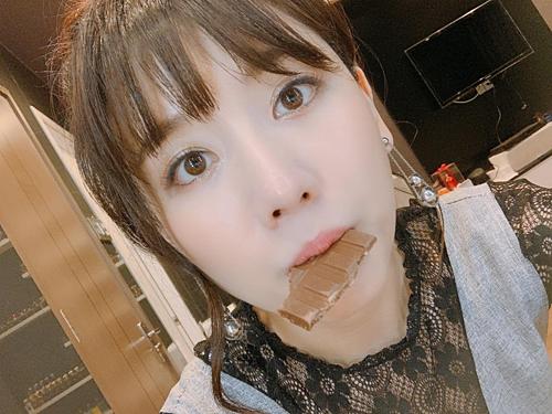 Hari Won ăn socola để lấy lại tinh thần.