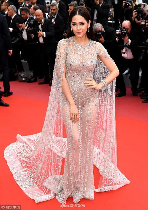 Chompoo luôn là tiêu điểm của giới truyền thông mỗi khi cô nàng xuất hiện tại các tuần lễ thời trang quốc tế. Điển hình trong các kỳ Liên hoan phim Cannes, bà mẹ hai con luôn xuất hiện trong những trang phục lộng lẫy của các nhà thiết kế nổi tiếng thế giới.
