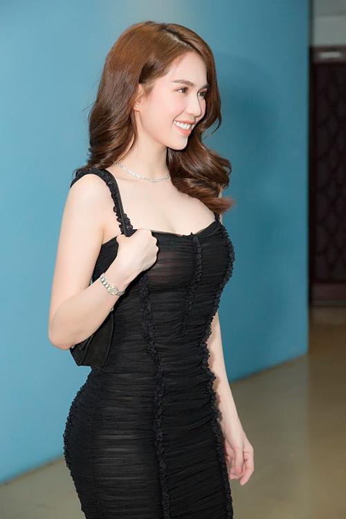 Ngọc Trinh mặc đầm sexy đi làm giám khảo chấm thi nhan sắc.