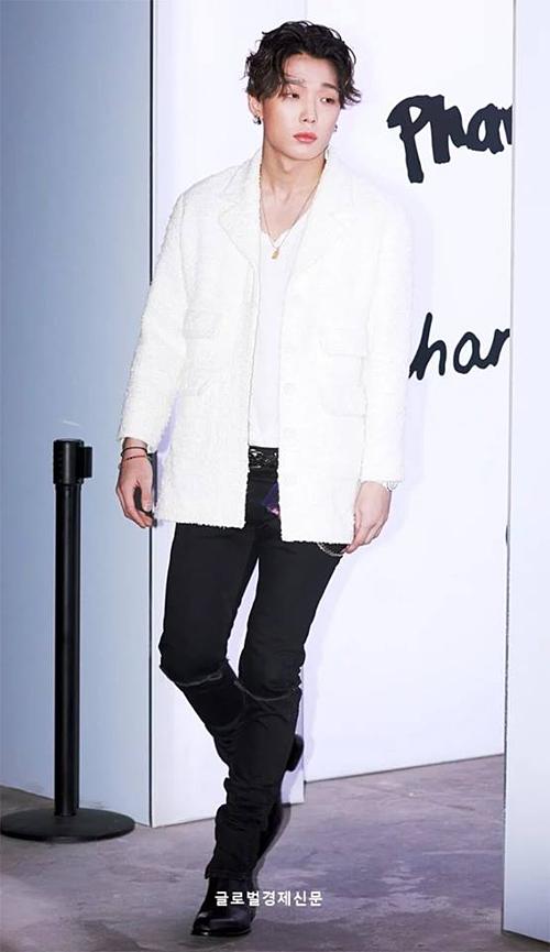 Bobby (iKON) đốn tim fan bởi vẻ lạnh lùng và phong cách sành điệu.