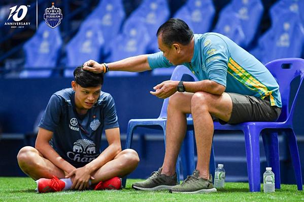 Ngày 28/3, tiền đạo Supachai Jaided đã quay trở lại tập luyện cùng đồng đội tại CLB Buriram United sau khi hoàn thành nhiệm vụ cho U23 Thái Lan tại vòng loại U23 châu Á. Trước đó, giải Thai League đã có một khoảng thời gian tạm nghỉ để nhường chỗ của trận đấu của ĐTQG và U23 Thái Lan. Trên fanpage Buriram United, bức ảnh Supachai được chủ tịch CLB, Newin Chidchob gọi riêng ra nói chuyện khiến nhiều người chú ý.