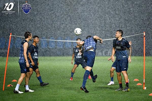 Trời đổ mưa to, các tuyển thủ vẫn không dừng tập luyện.