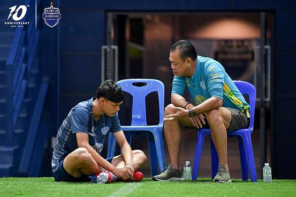 Supachai Jaided bị nhắc nhở khi trở về CLB sau khi đấm Đình Trọng - 1