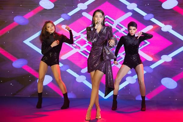 Trên sân khấu, Chi Pu tự tin giao lưu bằng tiếng Hàn với một số vị khách.